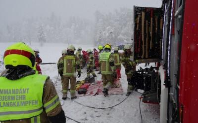 Verkehrsunfall mit eingeklemmter Person in Langkampfen, L211 17.01.2016