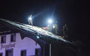 Feuerwehr am Dach Unterlangkampfen